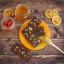 Домашний шоколад на меду с кедровым орехом и клюквой. Горький, 72% какао.
