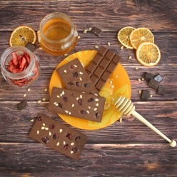 Домашний шоколад на меду с кедровым орехом и клюквой. Молочный, 50% какао.