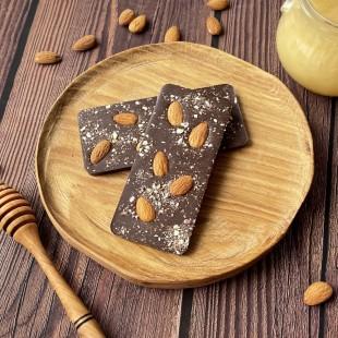 Домашний шоколад на меду с миндалем. Молочный, 50% какао